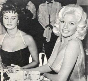 Jayne Manfield observada por Sofia Loren